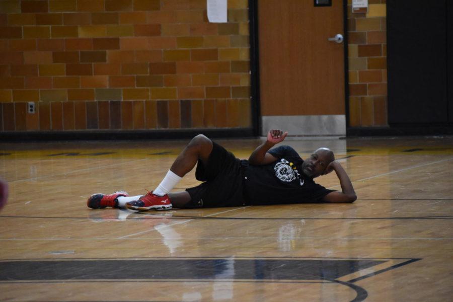 Seniors+vs+staff+basketball+game